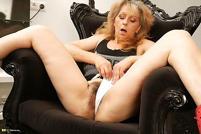 Hairy mature slut playing..