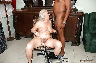 Lustful granny gets her twat..
