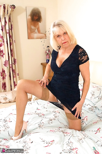 Blonde hot granny spreading..