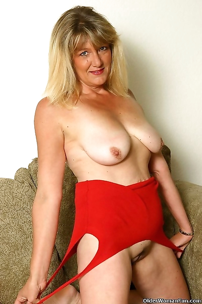 Milf kylie shows her..