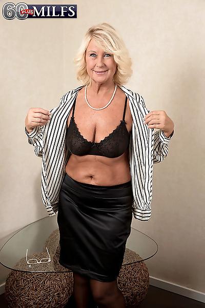 Hot mature gets her creampie..