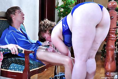 Chubby mommy seducing a..