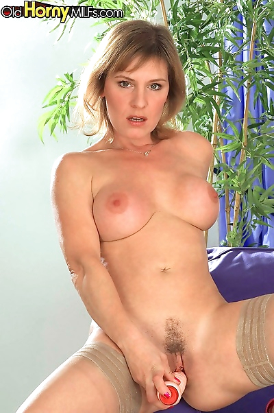 Solo busty mommy takes off..