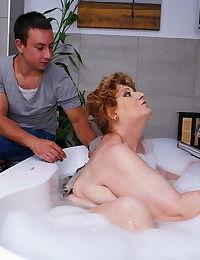 Big mature lady getting a scrub in her bath - part 3391