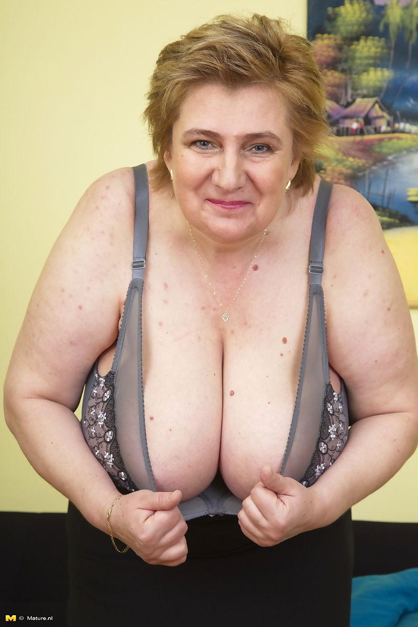 Abuelas Coños la grasa la abuela quita su bra a vamos su masiva saggy